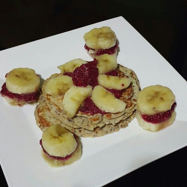 Desayuno de hoy es #Viernes  Pancakes de avena con mermelada de mora casera y banano.  Pancakes de avena  Integra harina de avena, 2 claras de huevo, linaza molida (para aportar fibra) y semillas de chía (opcional pero super recomendado). Se mezcla bien y se lleva a una sartén.  Mermelada de mora Licuar 250 gr de fruta (yo elegí mora) con 1/4 de taza de agua y agregué 3 sobres de stevia. Luego le añadí chía para que tomara esa consistencia de la mermelada (si, parece mágico) y listo colo que…