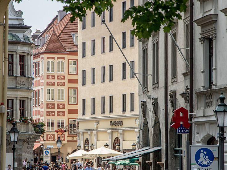 Vom Stachus zum Marienplatz führt die Kaufingerstraße, Münchens größte Einkaufsmeile mit zahlreichen Geschäften, Kaufhäusern - und Modeketten.
