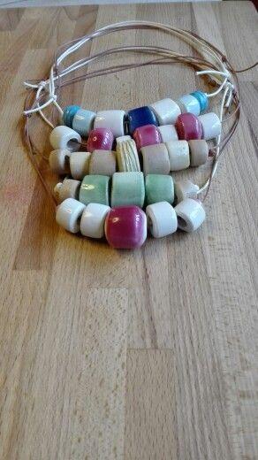 Collane fatte a mano con perle in ceramica smaltate di vari colori. Lunghezza regolabile, fino a a 50 cm Max.