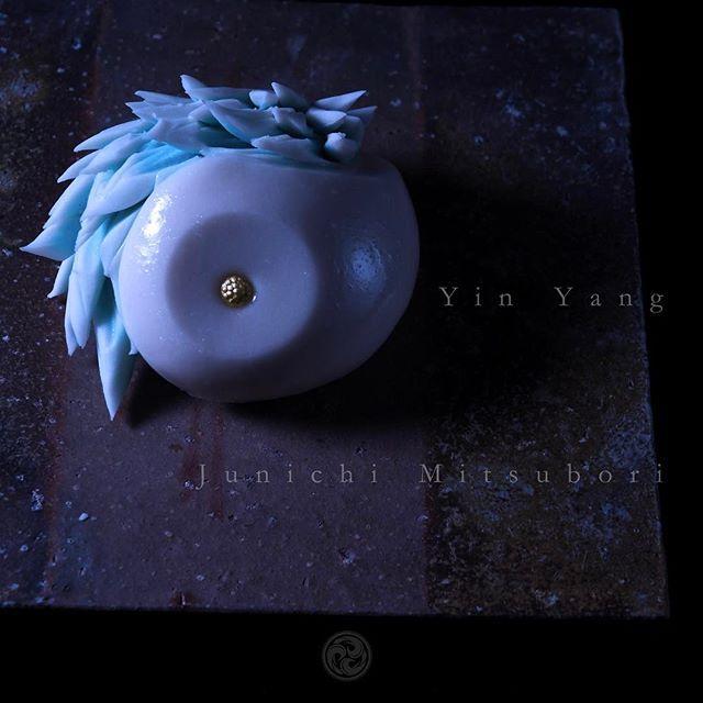 #一日一菓 #菓道 「 #陰陽菊 」 #wagashi of the Day #Yin Yang #煉切 製 #針切り  本日は陰陽菊です。 私の座右の銘と言いますか、いつも心に大切にしている言葉があります。  色即是空空即是色  #般若心経 の一節です。 全ての物事に裏表があるように、 人の心にもまた裏や表がある様に、 目の前に起きた事象の本質を冷静に見定められる様に、 いつもこの言葉を戒めとして、 出来るだけ何があっても動じない自分であれる様に努めています。 物事の真意とは、往々にして目の前の事象とは真逆な処に本質が隠れているものです。 目先の事象に惑わされぬ様、 本質を見失う事のない「真眼」を鍛える為の日々精進かと存じます。  #感情は盲目 #志は己静かに深淵であれ #JunichiMitsubori #和菓子 #一菓流 #ART #アート #dope