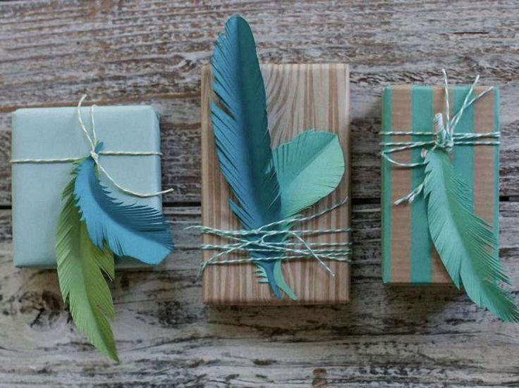 Kostenlose Anleitung: Papierfedern als Geschenkanhänger und Deko / free diy tutorial: paper feathers, gift tags, boho christmas via DaWanda.com