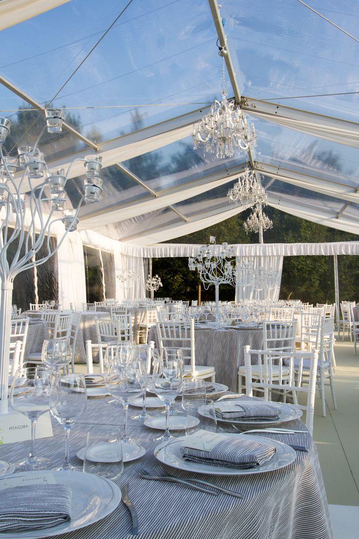 Allestimento per matrimonio con tensostruttura crystal, sedie chiaverine bianche, piatti serie Antares e posate serie Stilizzata. Preludio Catering e Noleggio attrezzature.