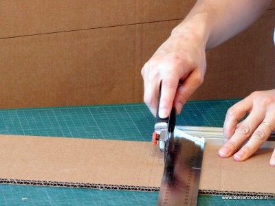 incision du carton pour arrondir le carton