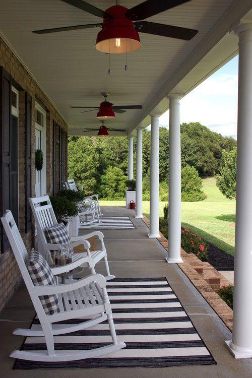 Modernes #Farmhouse #Porch #with #White #Rocking #…