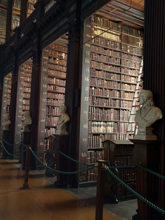 The long room, Trinity Library med the book of Kells