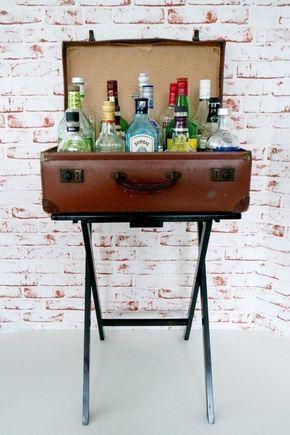 """Fija una vieja maleta a una mesa de TV para hacer un pequeño y elegante bar.   33  proyectos encantadores """"hágalo usted mismo"""" para decorar tu apartamento de adulto"""
