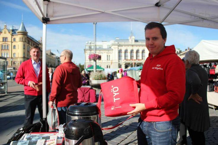 Ari Wigelius Tampereen Keskustorilla maanantaimarkkinoilla SDP:n teltalla. Kuva Riitta Lyytikäinen