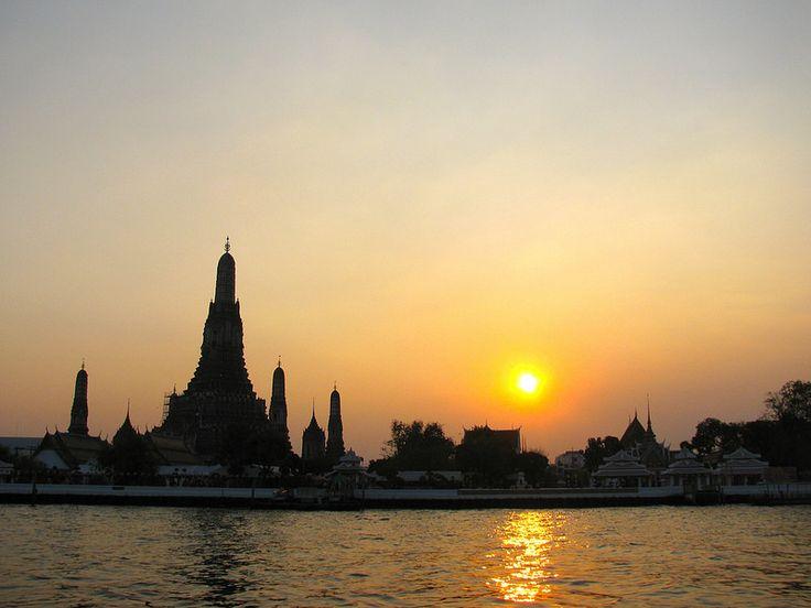 El sol se esconde a un costado del Wat Arun