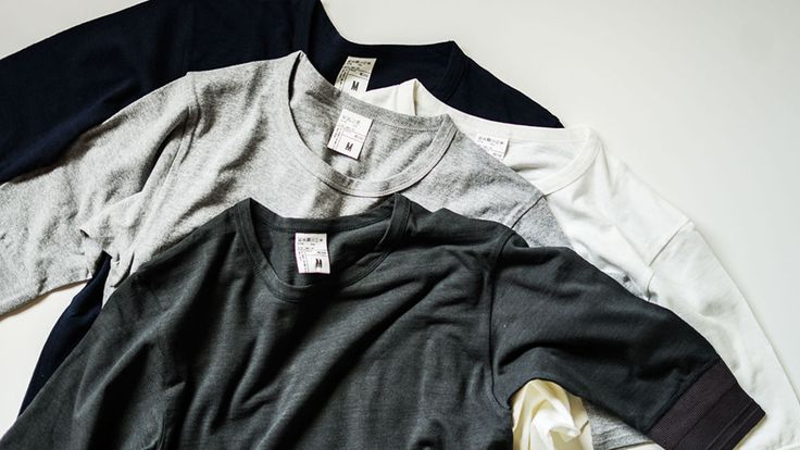 〈ID DAILYWEAR〉のクルーネックカットソー。袖は5分丈です。購入してすぐはドライタッチなんですが、どんどん柔らかくなって、自分のボディラインに馴染んでくるのがわかります。着れば着るほど着やすくなります。