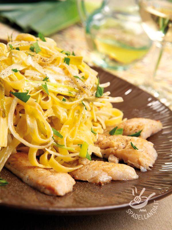 Le Tagliatelle all'uovo con triglia e porri sono un piatto unico, per la presenza di carboidrati e proteine, ottime servite con un contorno di verdure! #tagliatelleallatriglia