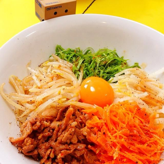 ストックしてあった人参ともやしのサラダがあったので、サクッとビビンバつくりまっしょーヽ(=´▽`=)ノ  大根のナムルを作って、サラダ菜を刻み、野菜の出番は準備オッケー!  豆板醤と醤油、砂糖、鶏ガラスープの素で即席焼肉のたれを作り、細切りにした豚コマを手早く焼いて役者は揃い踏みヽ(=´▽`=)ノ  盛り付けてから卵の黄身をのせてかんせーい!  おまけにピーマンともやしのスープもつけちゃお!(笑)  まぜまぜして食べまくりっ(๑′ᴗ‵๑) - 79件のもぐもぐ - 野菜たっぷり満喫ビビンバどーんどん(*ˊᗜˋ)⋆°.♡ by 杏珠(あんじゅ)