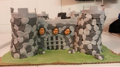 Ritterburg Frontansicht: Zum 5. Geburtstag meines Sohnes Manuel gab es einen Ritterburg Kuchen. Er feierte eine Ritter-Geburtstagsfeier und dazu darf natürlich der richtige Kuchen