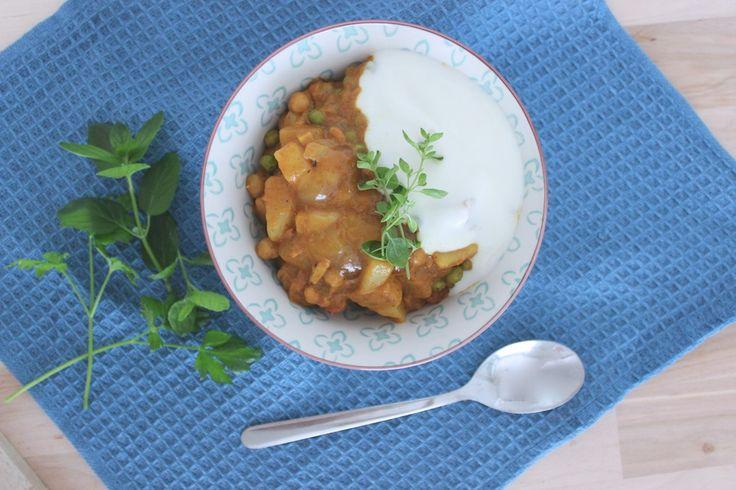 En af mine ultimate comfort-retter, der både nærer, varmer og smager fantastisk, helt uden animalske ingredienser. Generelt tyer jeg tit til det indiske køkken, når jeg skal lave vegansk mad, da traditionen for at basere hele opskrifter på planter, bare er langt mere udbredt i den del af ve....