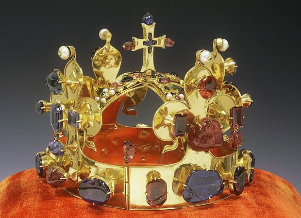 Crown of Saint Wenceslas made in 1347, part of the Bohemian Crown Jewels. Source: http://www.korunovacni-klenoty.cz/cs/prohlidka/svatovaclavska-koruna.html