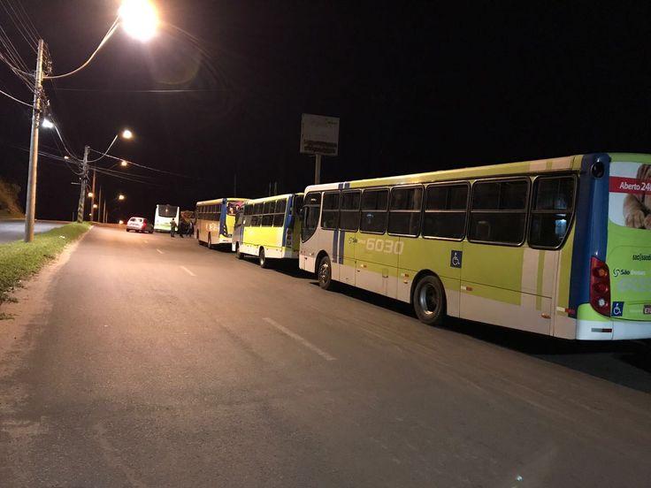 Greve geral: Carros de sindicatos impedem bloqueiam saída de empresas de ônibus de Botucatu - Programada para acontecer nesta sexta-feira, dia 28, em todo o país, a greve geral já deu sinal em Botucatu. Diversos carros, conduzidos por pessoas ligadas aos sindicatos da cidade, estão bloqueando a saída dos ônibus das duas empresas que fazem o transporte coletivo em Botucatu.  Os - https://acontecebotucatu.com.br/cidade/greve-geral-carros-de-sindicatos-impedem-bloqueiam