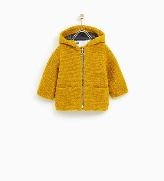 Veste trois quart jaune moutarde avec capuche. Boutique Zara.