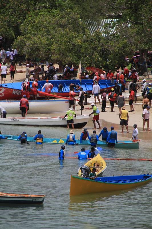 Arrivée de la course de yoles sur la plage de Sainte-Anne en Martinique (Antilles) © AliZéMédia