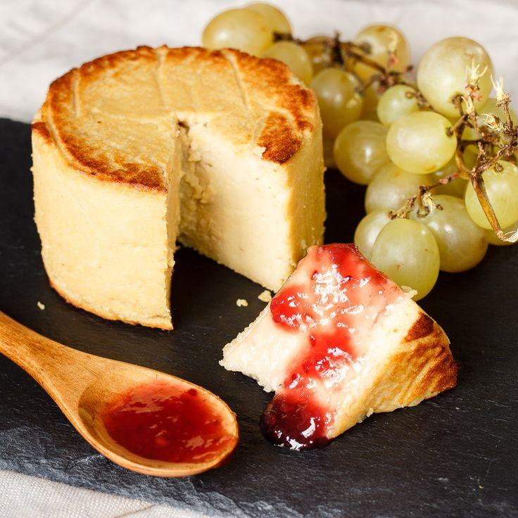 Aprende a preparar un queso vegano sano y sabroso. Se prepara a base de tempeh y anacardos, y es ideal para preparar sandwiches, montaditos, canapés... | delantaldealces.com