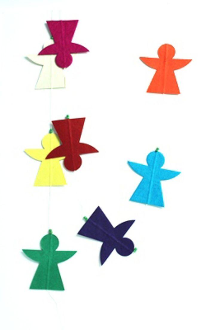 Deze slinger is gemaakt in Nepal met een eigen Jansje ontwerp.Leuk voor in een tak, in het raamkozijn of aan de deur! Straid laat deze producten in Nepal maken voor een eerlijk loon. Door het creëren van werkgelegenheid wordt direct de levensstandaard en daarmee de levensvreugde vergroot van de mensen die de producten maken. Gemaakt van Lokta papier en ongeveer 1.60 cm lang. Afmeting engel: 8x8 cm.