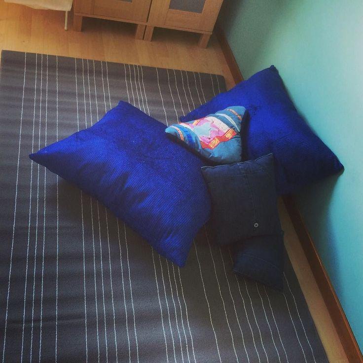 #kuddar #diy #sytt till #grateful #goalie #rangersblue #loppisfynd #tacksam för att gjort klart. #fyndat #matta på #ikea efter #innebandymatcher #crafts #craft #101vårfint #101nyaideer #grateful #goaliemom #blått #blå #blue #manchester #återbruk #återbruka #happy #madebyme #interior #inredning #barnrum by kreativamamman