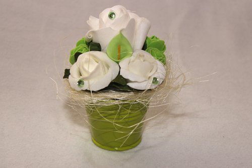 Zöld kisvödör polifoam virágokkal