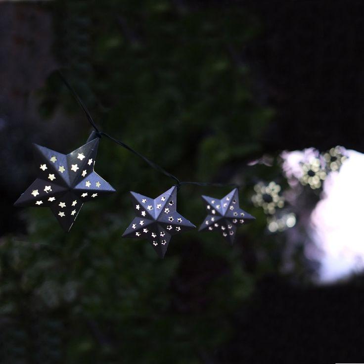 Decorazione di #Natale #ecologica con 10 stelline luminose che si caricano grazie all'energia solare. Puoi metterle anche all'aperto, in giardino. In metallo, ogni stella misura ben 8 cm!