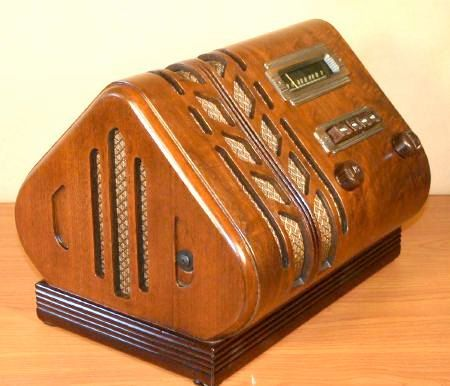 "STEWART WARNER Model 91-513 ""SPADE"" Art Deco Radio (1940)"