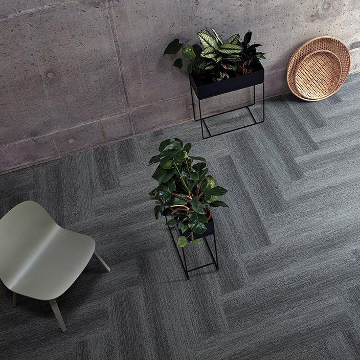 Lämpimät tekstiililaatat ja kylmät betoniseinät sopivat kauniisti yhteen. Tekstiililaatat: Interface Touch of Timber Herringbone │ Laattapiste