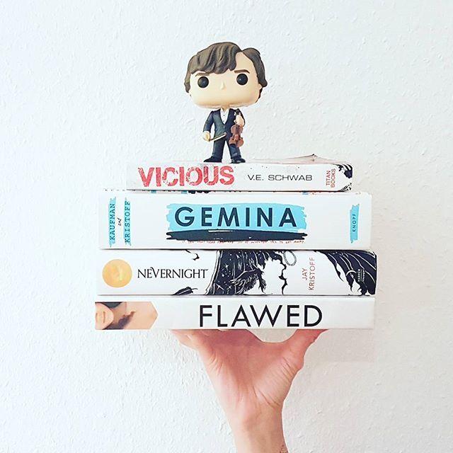 Die liebe @eintausend.seiten und @ink_of_books haben mich für den #onewordtitle getagged. Vielen Dank dafür . Hier meine Auswahl inklusive meinem Herzblatt Sherlock - eine Serie mit auch nur einem Wort  als Titel *** I've been tagged to do the One Word Title Tag and here are my beauties . Including my beloved one and only #Sherlock . *** #vicious #veschwab #gemina #jaykristoff #amiekaufman #Nevernight #stabstabstab #flawed #ceciliaahern #whitebooks #booktag #becauseofreading #iamsherlock