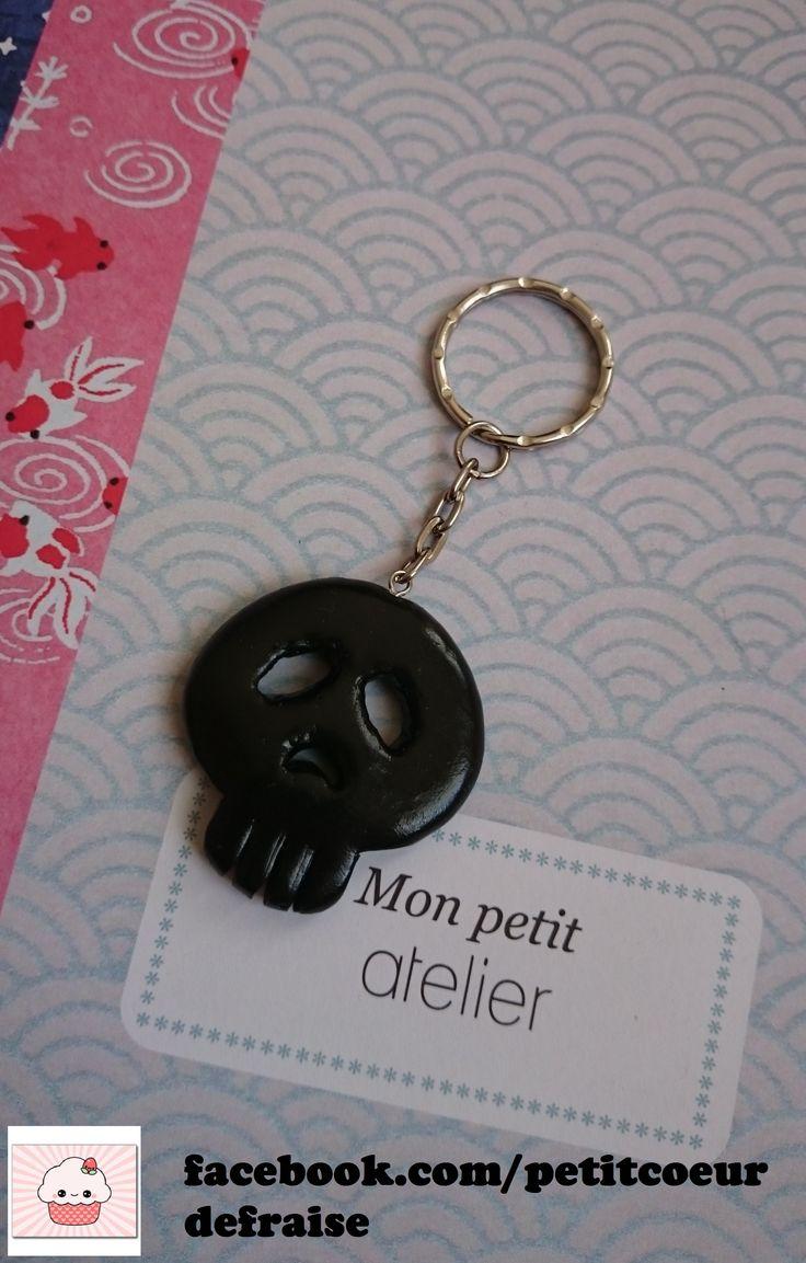 Porte clés accessoire de mode tête de mort noire fimo accroche