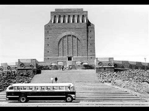 Ou foto van die Voortrekker Monument in Pretoria.
