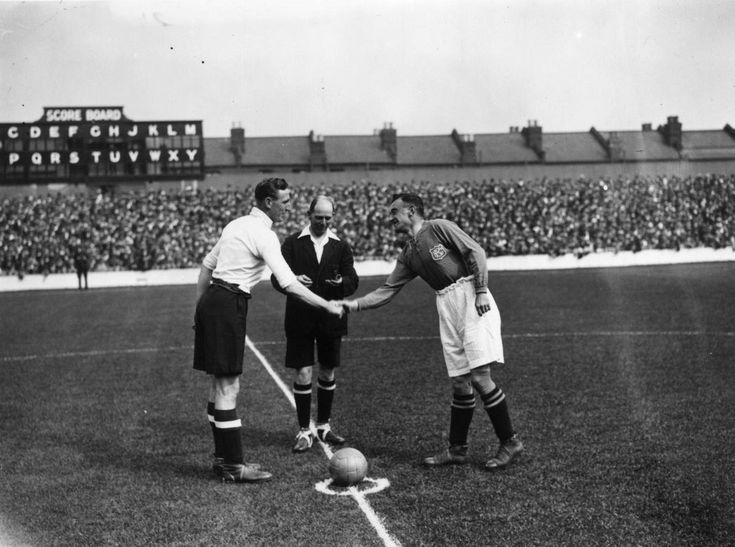 1926 Spurs and Everton captains Elkes and Hart shake hands before the kick off as Tottenham Hotspur play Everton at White Hart Lane.