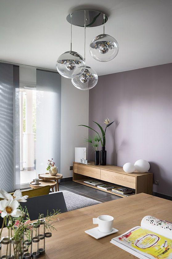 Salon contemporain moderne, lustre / lampe en verre, peinture grise et blanche, meubles en bois.