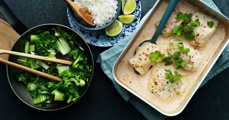 Oppskrift på kremete fiskeform med kokosmelk, wokede grønnsaker og ris.