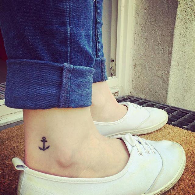 Endlich: Tattoo-Vorzeige-Wetter! #sonne #frühling #happyanna #tattoo #ink #tinytattoo #anker #hamburg #verankert #welovehh #meineperle #fußgelenk #summertime #draussensaison #yay #hochgekrempelt #jeans #basic #garten #potd Schuhe von @hm, Jeans von #Only
