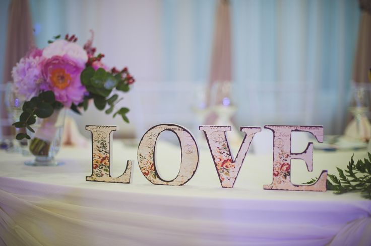 litere love din lemn (love letters), disponibile pentru inchiriere