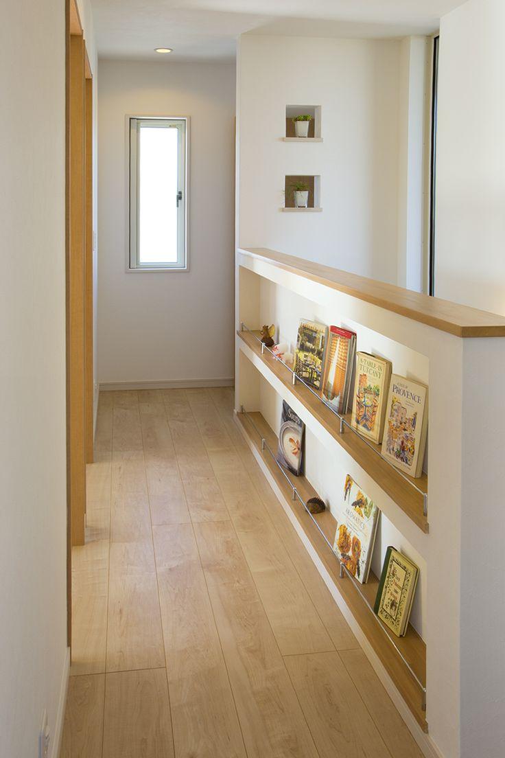 階段を上がったホールの壁に書棚を造り付けて、家族みんなのライブラリーに。|アイデア|本棚|インテリア|収納|おしゃれ|便利|