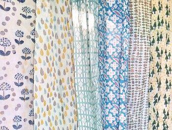 淡い色あい、素朴でどこかレトロなデザイン。なんだか懐かしい気持ちにさせてくれる「cottind(コッティンド)」の布。この布たちは、インドの伝統技法「木版プリント」を用いて、手作りで作られています。