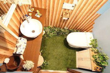 DIYでおしゃれなお庭の様なトイレのインテリア