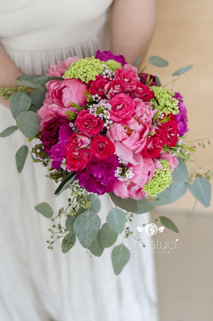 Bouquet asimétrico en cascada. Rosados burdeos y verdes.