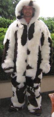 Schwarz weiss gefleckter Kapuzen #Overall, Babyalpaka #Pelz, für den extravaganten Pelzliebhaber.