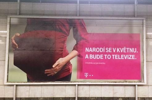"""Tato reklama se objevila masivně v dubnu 2016 a reklamuje IPTV, kterou hodlá T-mobile nabízet. OK. Když se nad tím zamyslím, tak lidi mají zafixovanou ikonu jako klasické CRT, ale dokážete si reklamu představit s 43"""" LCD? :D"""