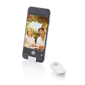 Comando remoto che ti permette di fare scatti a te e ai tuoi amici. Include un piccolo stand per smartphone. Compatibile con iOS e Android. Dimensioni 1 x 5,7 x 2,8 cm.