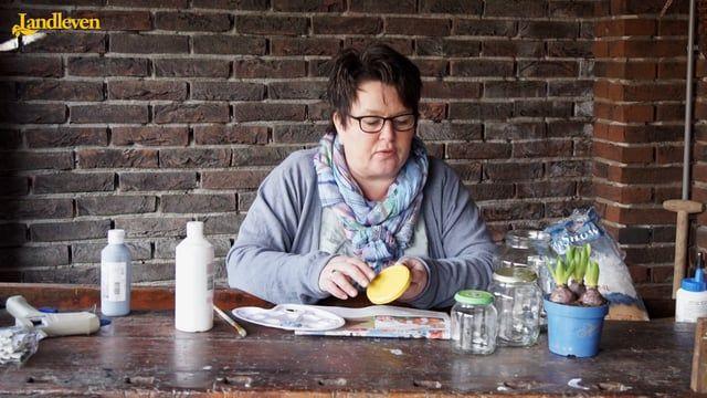 Van oude glazen potten en natuurlijke materialen die op eigen erf te vinden zijn, maakt Alie van Veldhuizen sneeuwbollen in winterse sferen. Even schudden en de 'sneeuw' dwarrelt in het rond. Een origineel alternatief voor bloembollen binnenshuis. Volg haar vijfstappenplan.