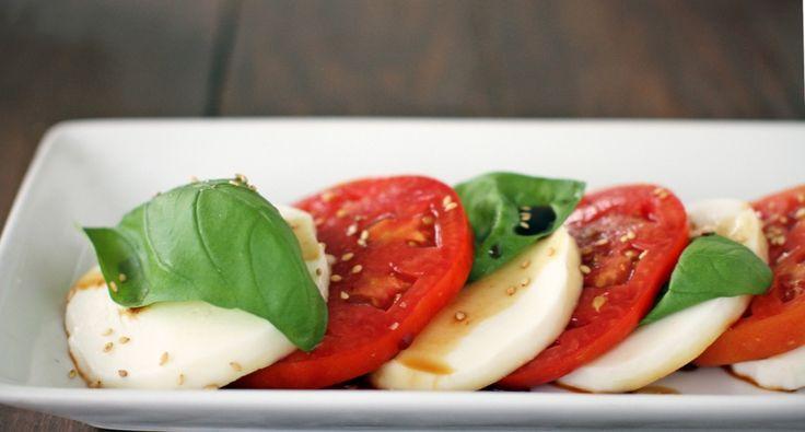 Sałatka caprese - przepis: Sałatka caprese charakteryzuje się prostotą i wyrazistym smakiem! Wyjątkowa harmonia smaków bazylii, pieprzu, octu balsamicznego i pomidorów sprawia nam prawdziwą przyjemność. Spróbujcie przygotować tą naprawdę efektowną sałatkę.