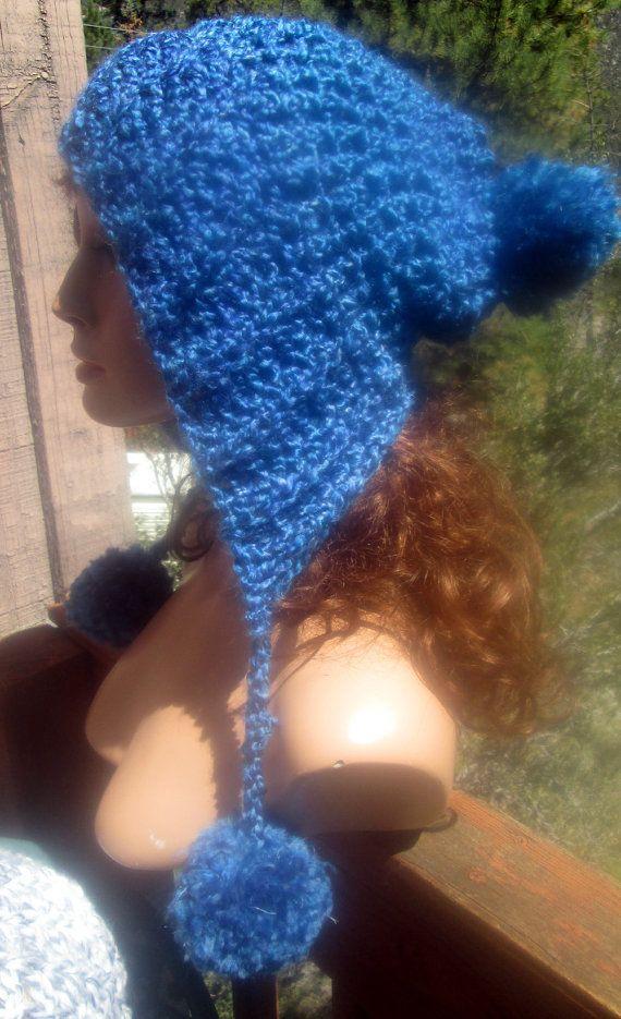 Diese niedlichen Hut wird Ihre triste Wintertage aufhellen. Es ist in einem weichen Acryl Garn in einem hübschen blau gehäkelt. Der Stil ist ähnlich wie die peruanische Ohr Klappe Hüte. Am Ende jeder Schwanz ist ein Pom-Pom. Ein weiterer Pom Pom ist auf der Rückseite der Hut. Dieser Hut passt die meisten Kopfgrößen. Ich brauch machen er gleichen Hut in einer anderen Farbe. Nur Convo mich für einen kundenspezifischen Auftrag  Dieser Hut wurde von mir in einem rauchfreien Haus gehäkelt.  Es…
