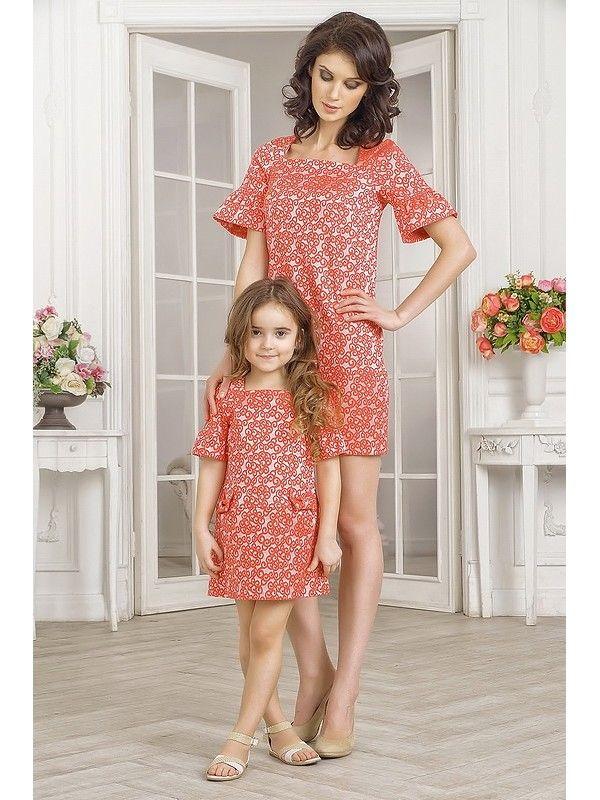 Комплект нарядных платьев для мамы и дочки красного цвета. Платье для мамы прямого кроя, не приталенное, выполнено по типу русского этно стиля. Вырез изделия высокий, квадратный, в виде каре. Рукав-реглан короткий, длиной выше локтя. Расцветка - мелкоузорчатая жаккардовая ткань с алыми, частыми узор