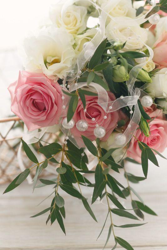 Wedding garland with pearls #modernwedding #weddingday #garland #weddinggarland #weddingflowers
