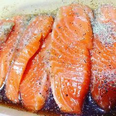 生サーモンをブラックペッパーとめんつゆ、ごま油に一晩漬けるだけで作れる「サーモンのブラックペッパー漬け丼」が簡単でおいしい。