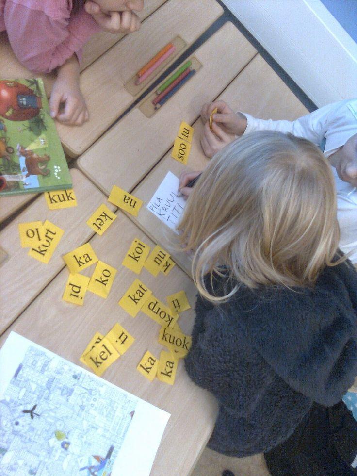 Lähes kaikki kirjaimet on nyt harjoiteltu ja tänään lapset muodostivat ryhmissä aikaa vastaan mahdollisimman paljon sanoja annetuista tavuis...